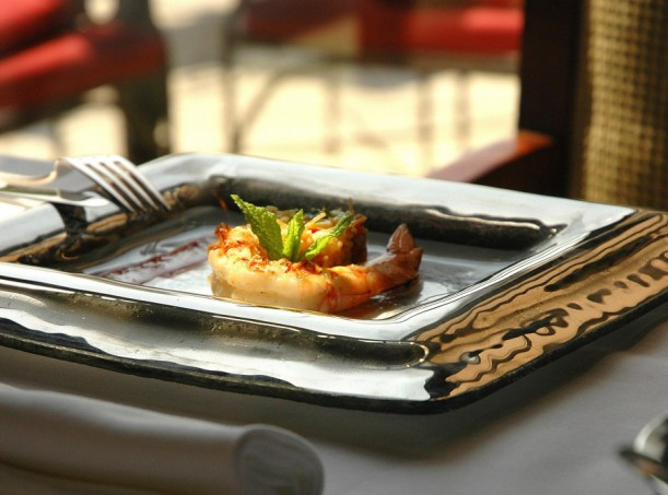 setting a table, dining presentation, dinner plate, fine dining, square glass plate with platinum rim with shrimps, glass studio