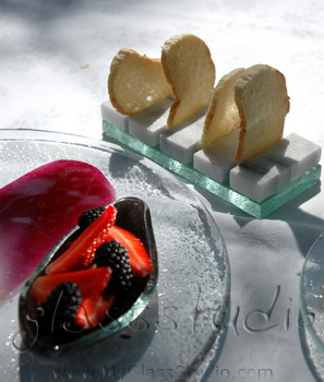 """bread tray"", ""bread dish"", ""serving bread"", ""glass bread tray"", ""bread slices presentation"""