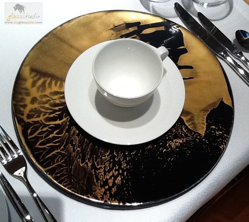 "black and gold dinnerware, ""show plate"",  ""gold plate"", ""black plate"""
