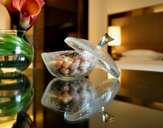 """nut bowl"", ""nut dish"", ""glass bowl"", ""snack bowl"", ""amenities"", ""room amenities"", ""hotel amenities"", ""Glass Studio"", ""Park Hyatt Abu Dhabi"""