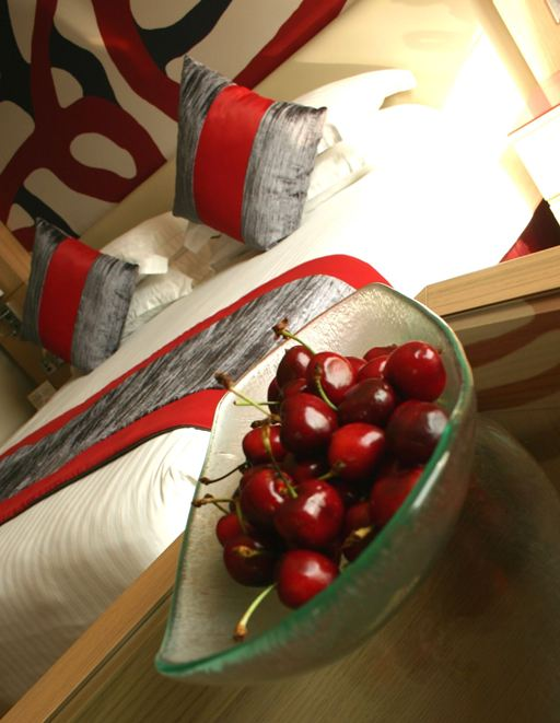 fruit bowl, glass bowl, fruit amenity, cherries, welcome amenity, room amenity, guest amenity, Glass Studio, Radisson Blu